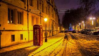 夜雪覆われた都市通りの側面にある記号の写真・画像素材[1251869]