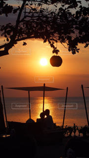 水の体に沈む夕日の写真・画像素材[1268896]