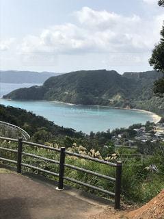 丘から海を見るとハートの形の写真・画像素材[1144467]