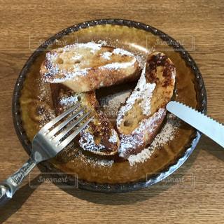 ナイフとフォークでケーキの写真・画像素材[1145444]