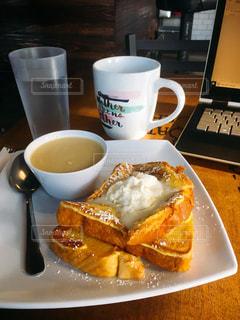 食品とコーヒーのカップのプレートの写真・画像素材[1660054]