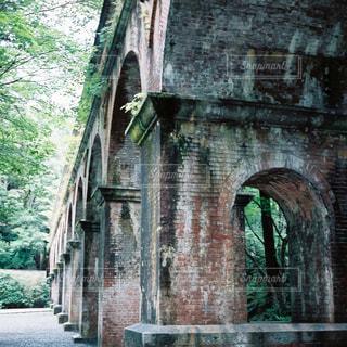 れんが造りの壁の横にある橋は、石造りの建物の写真・画像素材[1196711]