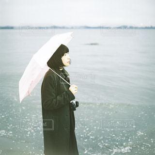 女性,海,夏,雨,傘,屋外,緑,海岸,フィルム,梅雨,フィルムカメラ,日中,フォトジェニック