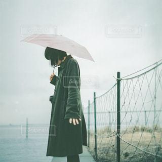 女性,海,雨,傘,屋外,緑,海岸,フィルム,梅雨,フィルムカメラ,日中,フォトジェニック