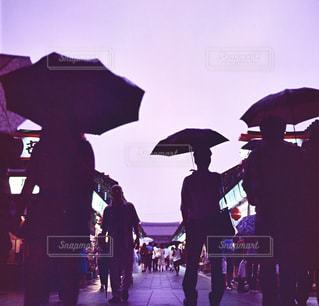雨,傘,浅草,浅草寺,仲見世,フィルム,仲見世通り,フィルムカメラ,日中,フォトジェニック,Hasselblad,ハッセルブラッド