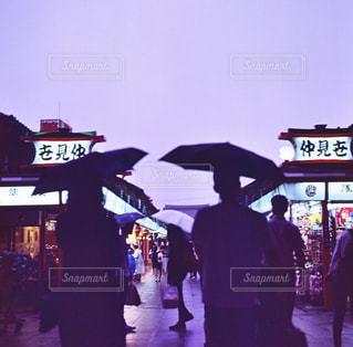 雨,傘,浅草,浅草寺,仲見世,フィルム,梅雨,仲見世通り,フィルムカメラ,日中,フォトジェニック,Hasselblad,ハッセルブラッド