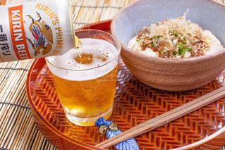 一番搾りと坦々風素麺の写真・画像素材[1346258]