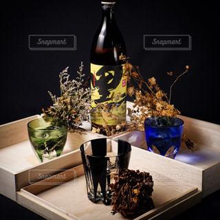 グラスのワインやテーブルの上に花の花瓶の写真・画像素材[1449899]