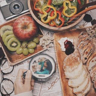 テーブルの上に食べ物の写真・画像素材[1470941]