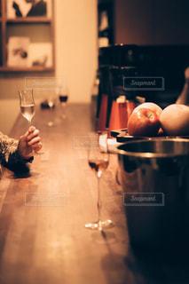 グラスを傾けるの写真・画像素材[1633107]