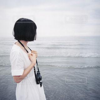 水の前に立っている人の写真・画像素材[1828930]