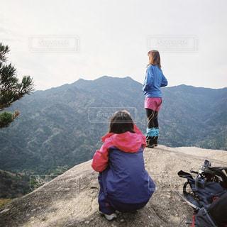 山の前に立つ2人の写真・画像素材[2227375]