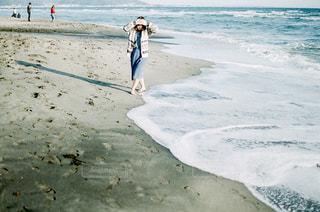 浜辺を歩く人の写真・画像素材[2233218]