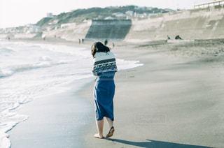 浜辺に立っている人の写真・画像素材[2233265]