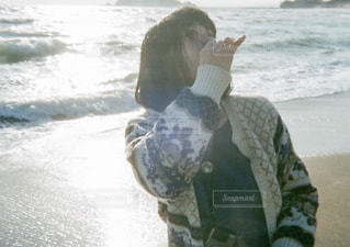 浜辺に中に立っている人の写真・画像素材[2233274]