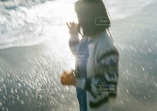 水の中に立っている人の写真・画像素材[2233275]