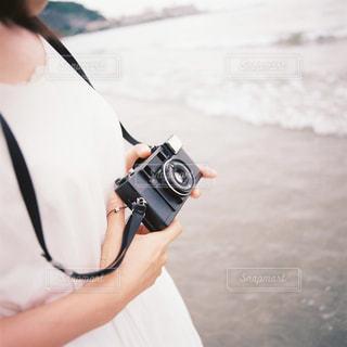 女性,1人,自然,海,カメラ,屋外,ワンピース,白,散歩,フィルム,レジャー,野外,湘南,鎌倉,お散歩,ライフスタイル,おでかけ,フィルムカメラ,フォトジェニック,エモい,インスタ映え,カメラ散歩