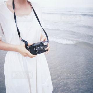 カメラに向かってポーズをとる人の写真・画像素材[2431568]