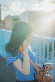 カメラを見ている女性の写真・画像素材[2466584]