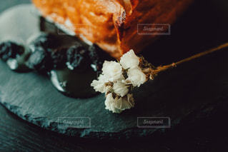 皿の上のケーキの写真・画像素材[3263628]