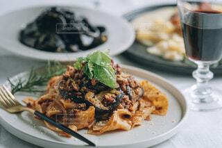 食べ物の皿をテーブルの上に置くの写真・画像素材[4718308]