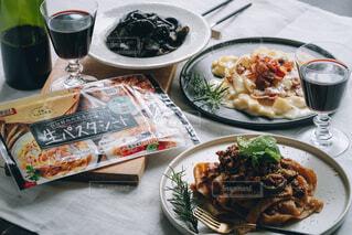 食べ物の皿をテーブルの上に置くの写真・画像素材[4718315]
