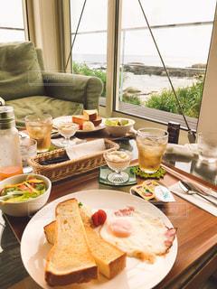 海が見えるカフェでモーニングの写真・画像素材[1147509]