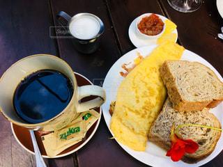 テーブルの上に食べ物のプレートの写真・画像素材[1147660]