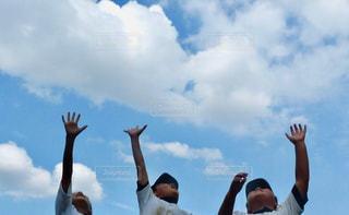青空にジャンプの写真・画像素材[1158573]