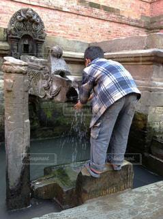 手を洗う少年の写真・画像素材[1158576]