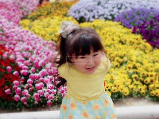 花の前に立っている女の子の写真・画像素材[1170785]