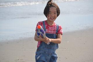 海でびしょ濡れになりながら遊ぶ息子の写真・画像素材[1174623]