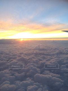 空を飛んでいる飛行機の写真・画像素材[1235699]