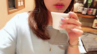 カップを保持している女性の写真・画像素材[1413698]