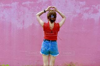 建物の前に立っている女性の写真・画像素材[1149001]