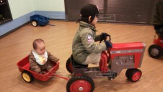 2人で乗り物に乗る子供の写真・画像素材[1158488]