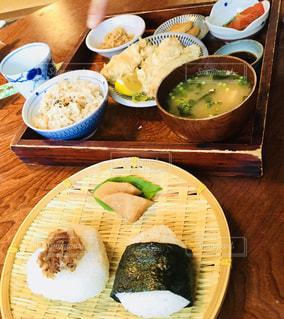 木製のテーブル、板の上に食べ物のプレートをトッピングの写真・画像素材[1168869]