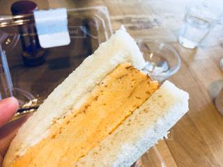テーブルに半分食べてケーキの写真・画像素材[1161858]