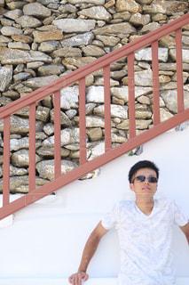 フェンスの隣に立っている男の写真・画像素材[2331812]