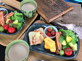 テーブルの上に食べ物の種類でいっぱいのボックスの写真・画像素材[1160593]