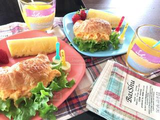 テーブルに食べ物のプレートの上に座ってサンドイッチの写真・画像素材[1174336]