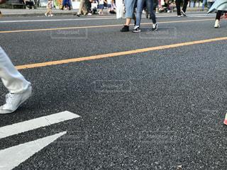 都市通りでスケート ボードを乗る人の写真・画像素材[1255694]