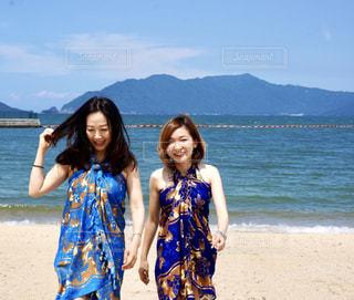 ビーチの砂の上に立っている人のカップルの写真・画像素材[1178495]
