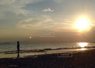 夕日と月の写真・画像素材[1271019]