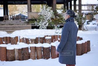 男性,冬,雪,屋外,神社,コート,マフラー,雪景色,人物,人,岐阜県,50代,水無神社