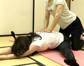 女性,和室,ヨガ,トレーニング,エクササイズ,ストレッチ,50代,開脚