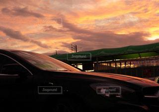 駐車場から見た夕焼けの写真・画像素材[2430843]