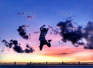 夕焼けとジャンプの写真・画像素材[3008527]