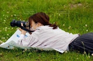 寝転んで撮るの写真・画像素材[3393077]