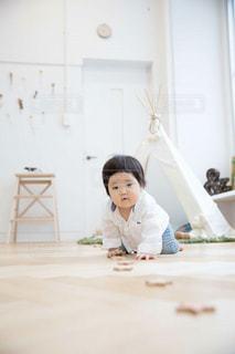 ベッドの上で座っている女の子の写真・画像素材[1155544]